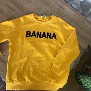"""Gul tröja där det står """"BANANA"""""""