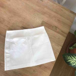 Vit jättefin kjol från Mango i storlek XS. Två diskreta fickor där fram.