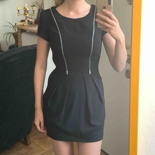 Klänning med dragkedja-detaljer från Topshop. Använd 1 gång. Frakt : 42kr 🍦