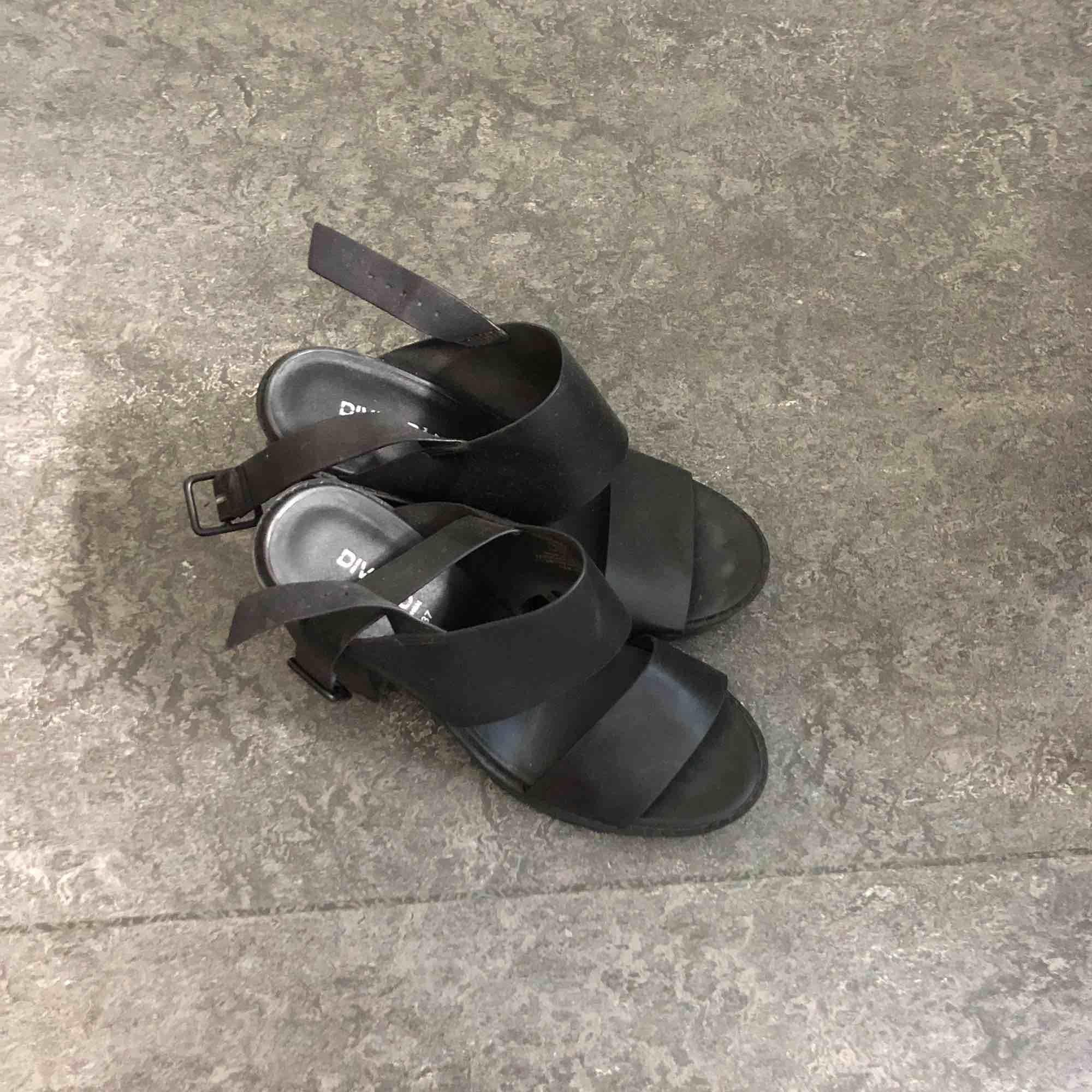 Chunky heels från hm, knappt använt har stått i garderoben bara. . Skor.