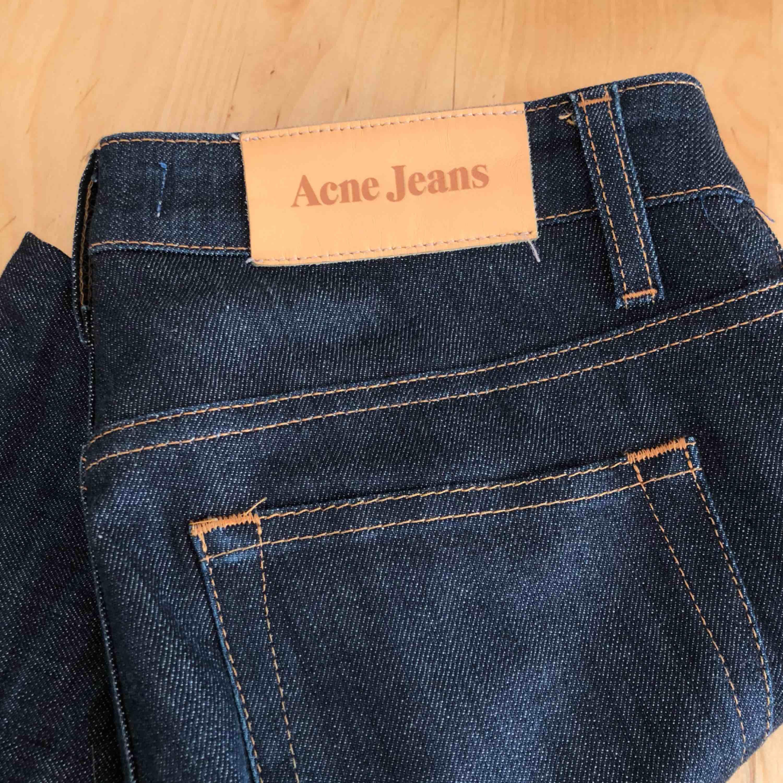 Ett par mörka ankeljeans från Acne som knappt är använda. Storleken är 27/32, vilket motsvarar XS. De är croppade längst ner. . Jeans & Byxor.