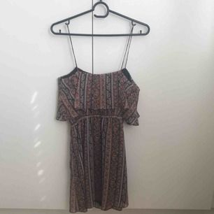 Jättefin mönstrad klänning ifrån Mango i storlek XS
