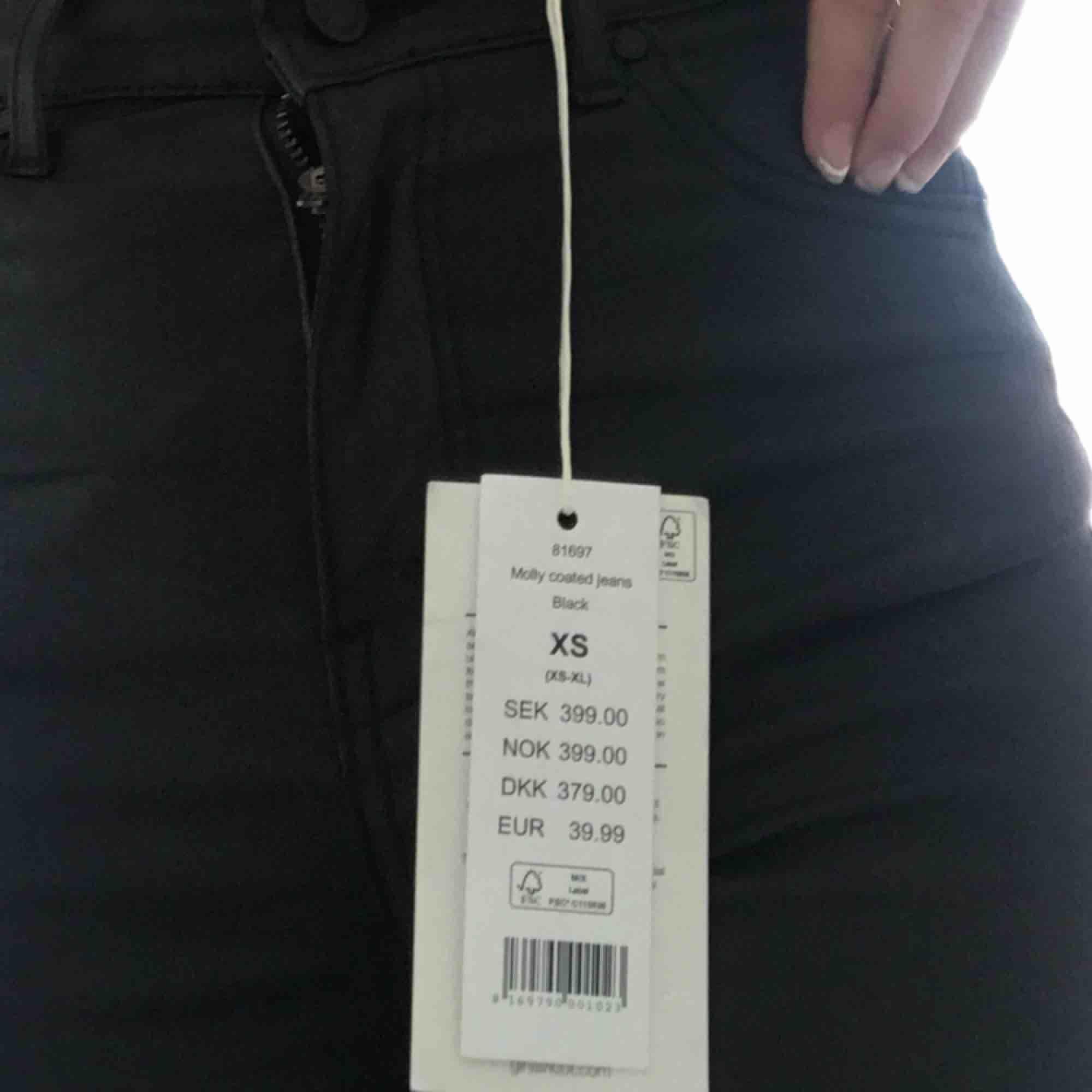 Köpta på Nelly men märket är Ginatricot. Säljer dessa Molly jeansen från Ginatricot. Säljs pga fel storlek😕 Aldrig använda. Modell: MOLLY GOING OUT. Material: Bomullsbyxor med en glansig yta. Säljs för 249+ frakt. Kontakta för fler bilder✨ . Jeans & Byxor.