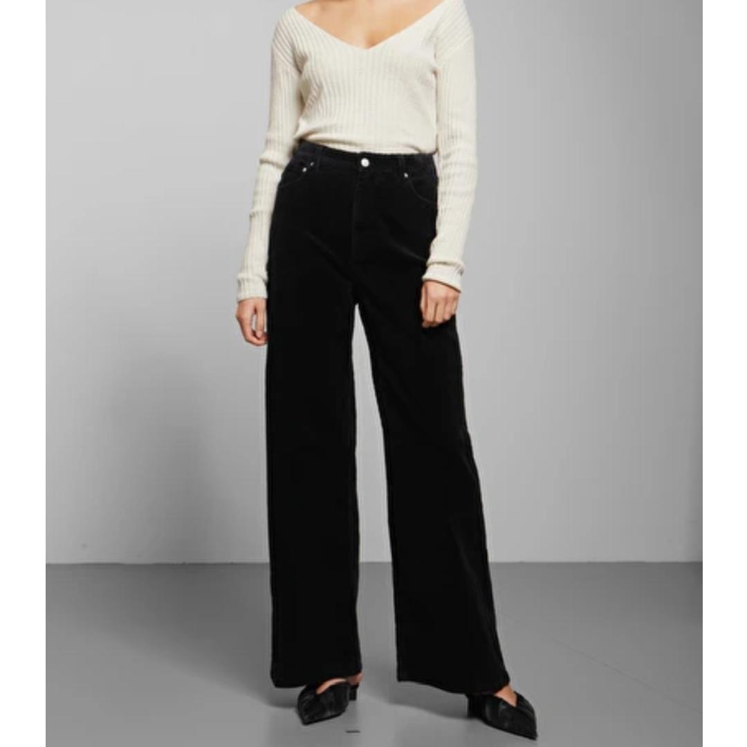 Svarta manchester byxor från Weekday  Säljer även skjortan på bild tre och massa annat så kolla in, jag samfraktar gärna! Fraktar spårbart om så önskas, kan också mötas upp i Stockholm. Jeans & Byxor.