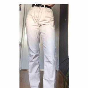 Ett par beiga mom jeans. Köpta second hand.