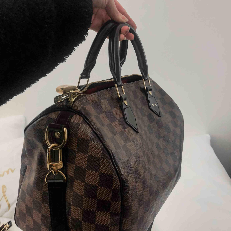 Äkta LV väska, säljes för 5000kr, kan diskutera priset vid snabb affär . Väskor.