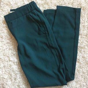 Skitsnygga gröna byxor från Holly & Whyte. Aldrig använda! Perfekta kombon av kostymbyxor och mjukisar, så passar allt från att ha till kontoret eller en sväng på stan. Resår i midjan för bekväm passform 🤩  📬 Frakt 54 kr