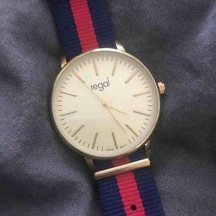 Säljer min regal klocka pga att den inte kommer till användning. den är i superskick och fungerar hur bra som helst.  Ord pris: 349kr