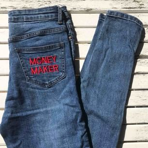 Snygga jeans från Lasula!  Sitter väldigt snyggt och är stretchiga i tyget. Högmidjad modell som är mycket smickrande och ett snyggt broderat tryck på högra skinka😋