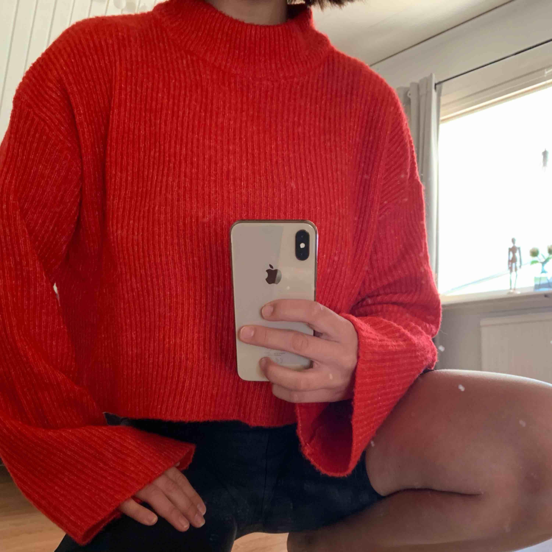 Röd stickad tröja med vida armar. Aldrig använd . Stickat.