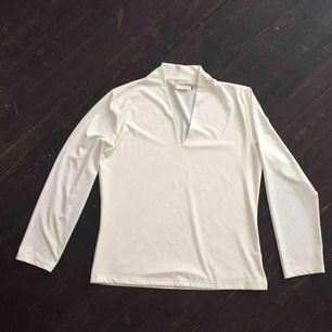Vit tröja som inte kommer till användning. Inga fläckar och som ny! Det står att storleken är 42/44, men den känns mer som 38, kaanske 40?