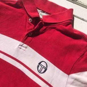 Sergio tacchini tröja i snygg modell💛 Passar alla storlekar mellan xs-m beroende på hur man vill ha passformen. Själv bär jag normalt storlek xs i tröjor. 100% bomull och i fint skick!❤️