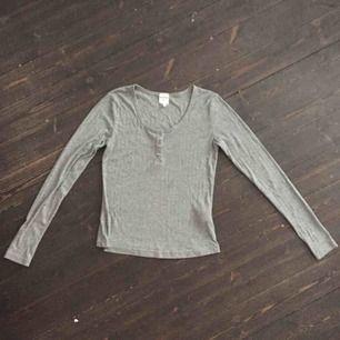 Jääätteskön grå tröja i tunn bomull. Verkligen supermjuk! Säljes pga använder inte.