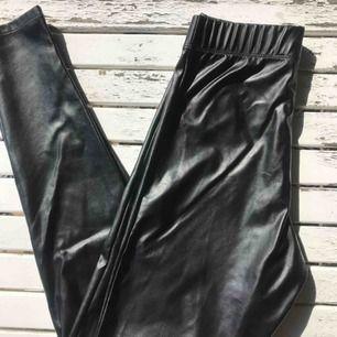 Snygga byxor från topshop petite, dessvärre aldrig använda då de är något för små för mig:(  Passar mig i längden (jag är 159 cm) men sitter lite för tight runt midja och lår. 100% polyester och supertrendig modell!💛