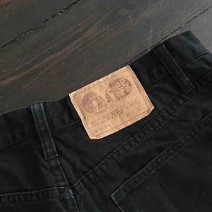 Svarta jeans från Cheap Monday. Ser inte längre exakta måtten på lappen då det försvunnit, men gissar på att de är åt M-hållet. Skriv för bilder hur de ser ut på!