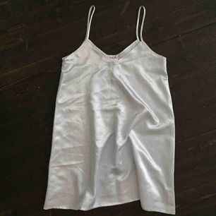 Änglalik ljusblå klänning i glansigt silkigt material från Giani Feroti, köpt second hand! Svårt att avgöra storlek, men skulle ändå säga M.