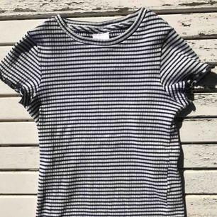 Snygg t-shirt i barnmodell, sitter väldigt tight(inte obekvämt) och snyggt på och är i mycket fint skick. Väldigt stretchiga tyg! Jag själv har vanligtvis xs i tröjor.💛
