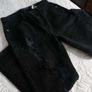 Oanvända boyfriend ripped jeans i stl 38-40🌸