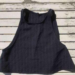 Tröja från american apparel med öppen rygg. Använd 1 gång. Perfekt sommartopp som sitter löst men snyggt!💛