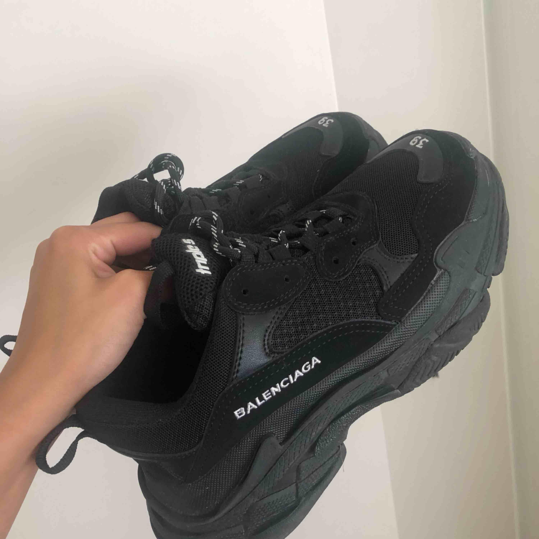 Knappt använda balenciaga skor! Jätte bra kvalite! Exakt som dem äkta, ingen skillnad. Billigare vid snabb affär! . Skor.