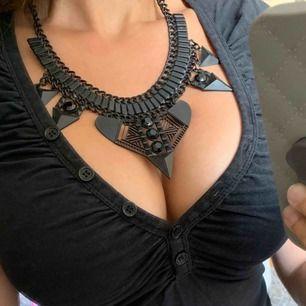 Fint ovanligt svart halsband med geometriska/tribala former. Hämtas hos mig i Solna. Frakt tillkommer.