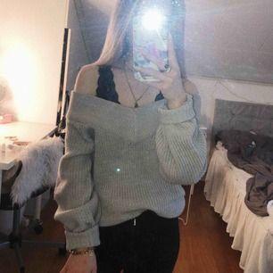 Ljusgrå stickad off-shoulder-tröja. Köpt på gina tricot, knappt använd. Storleken är M men jag bär vanligtvis XS/S. Som bilderna visar så blir den något oversized på mig.
