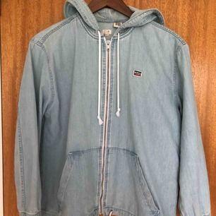 Jeans jacka från Levi's, använd ett fåtal gånger. Storlek XS, kan mötas upp i Karlstad annars betalar köparen för frakten.