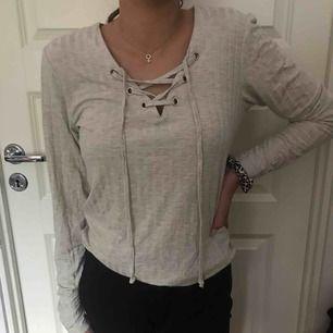 Säljer denna ljusgråa ribbade tröjan då den inte används. I princip oanvänd, väldigt mjukt och tunt material. Passar även small. Betalning sker via swish💜