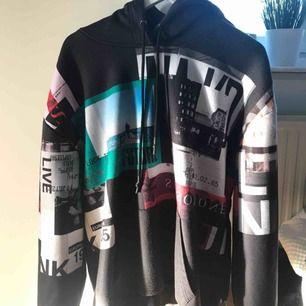 Oversize hoodie med tryck ifrån na-kd. Frakt 60 kr