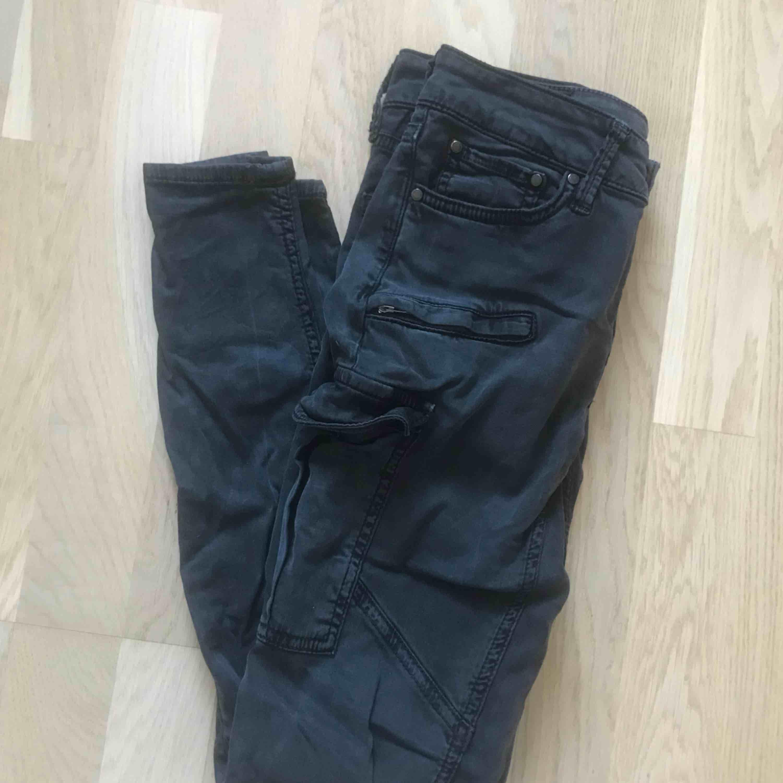 🥥 Tighta cargo byxor från Gina tricot (frakt tillkommer) 🥥. Jeans & Byxor.