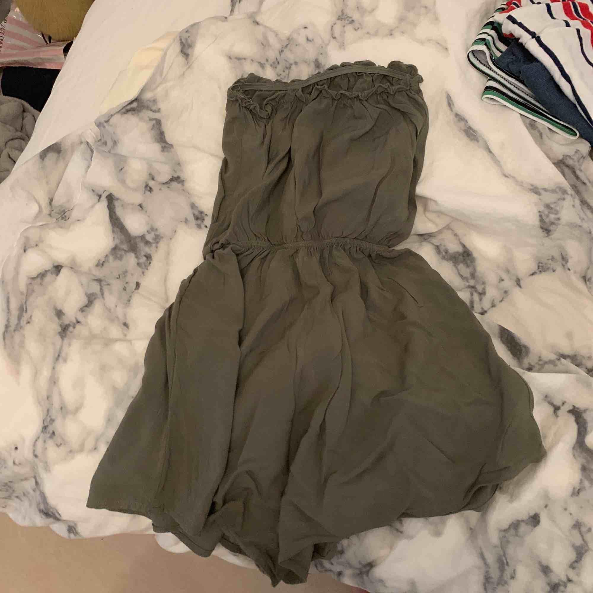 En gullig jumpsuit från hm i militärgrön. Shorts.