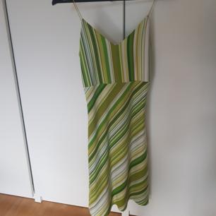 Grönmönstrad klänning  Möts upp vid Medborgarplatsen eller Gullmarsplan alternativt skickar, köparen står för frakt