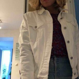 Jeans jacka från Nelly köpt för 600kr, används tyvärr inte. Använd 3 gånger