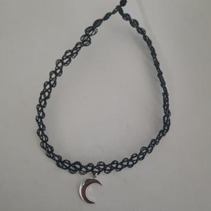 Choker med måne Skickar endast köparen står för frakt
