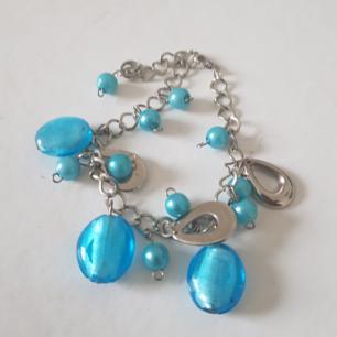Armband med blåa pärlor i glas Skickar endast köparen står för frakt