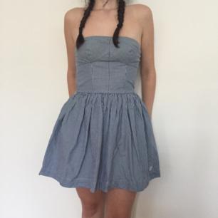 Underbart söt one of a kind vintagestyle klänning ifrån GILLY HICKS SYDNEY❤Rätt liten storleken och rekommenderas för st.XS om du vill kunna andas! Den är dock stretchig upptill o kan därför passa S men med mindre byst! Ett tillhörande matchande midjeband medföljer! Frakt ingår!