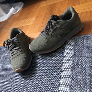 Fake Reebok skor i militärgrönt. Helt oanvända och felfria såklart.