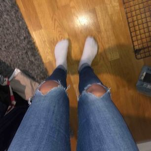 Blåa jeans med hål på knäna, hyfsat bra skick, supersköna!