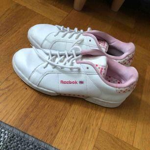 Äkta Reebok skor som passar mig med 37,5. Aldrig använda så i perfekt skick.