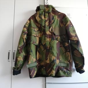 Oversize vintage Camoflague-jacka i stl XL. Mycket fickor, dragkedja och kardborre. Frakt 63 kr.