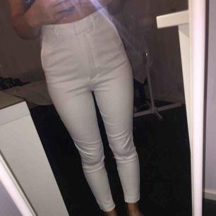 Vita kostymbyxor som endast är använda 1 gång på studenten, annars väldigt bra skick å skönt material, säljer pga har aldrig på mig vitt.