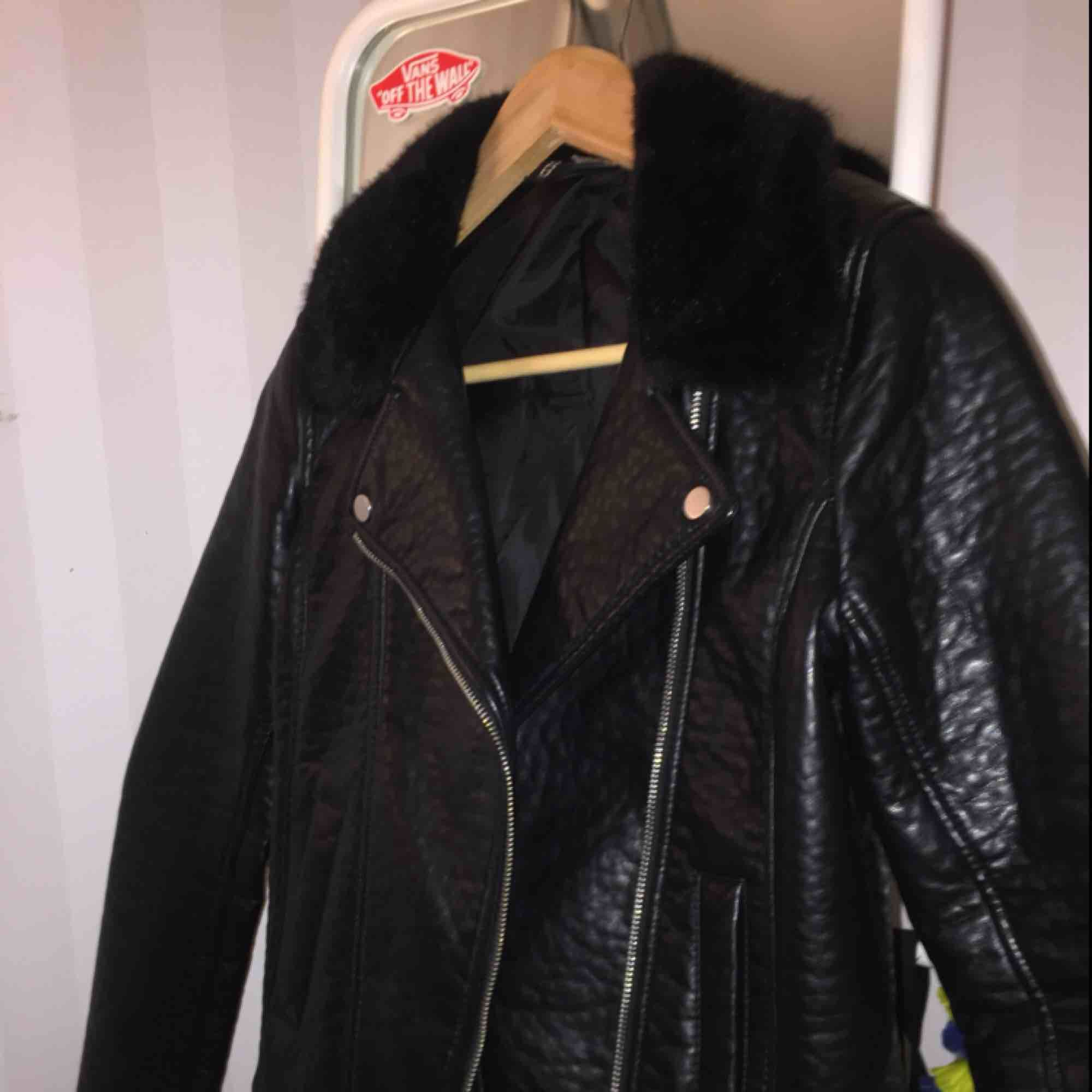 Svart läder biker jacket, jätte bra skick, mer som 36/s. Säljer pga används aldrig . Jackor.