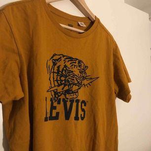 Ascool vintage Levis tröja, knappt använd. Passar alla storlekar beroende på hur man vill att den ska sitta.