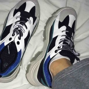 asnice skor som tyvärr är lite små för mig, ska vara storlek 41 men passar storlek 39, oanvända <3