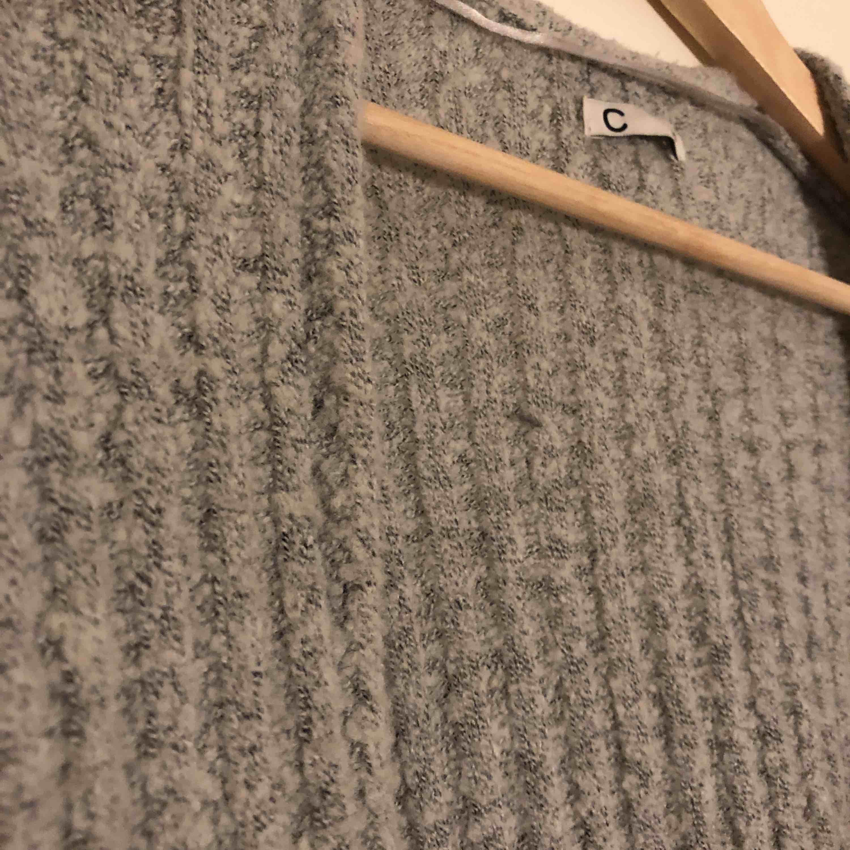 Lång, skön, snygg stockad kofta i ljusgrå som passar många storlekar då den är väldigt töjbar! Bra skick. Säljes då den ej kommer till användning längre :/. Stickat.