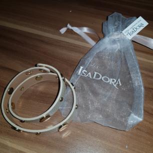 IsaDora armband som passar perfekt till sommaren. Köpt för två dagar sen och tänkte ge det som present fast gav presentkort istället. Nypris 80kr. Aldrig använd. Tveka inte om du har några frågor 😍🥰🥰