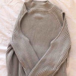 Ny stickad tröja med hål på axlarna. Kan mötas i västervik eller fraktas 💜
