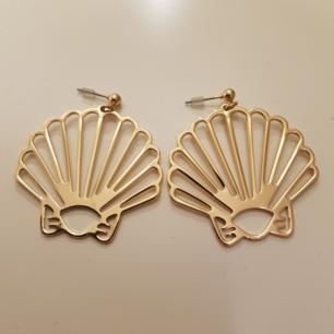 Ett par snäckformade örhängen, guldfärgade, från Monki och aldrig använda! Fint skick, nickelfria och har plastplupp på baksidan. Ordinarie pris 69 sek. Möts upp i lerum ell er köparen betalar frakt❣