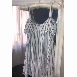 Söt klänning som aldrig är använd. Kan mötas i västervik eller fraktas 💜