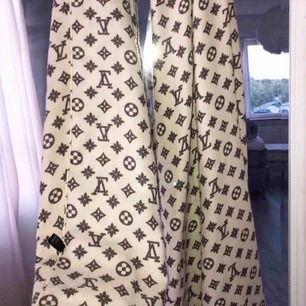 Louis Vuitton halsduk i perfekt skick, knappt använd. Kan mötas i västervik eller fraktas 💜